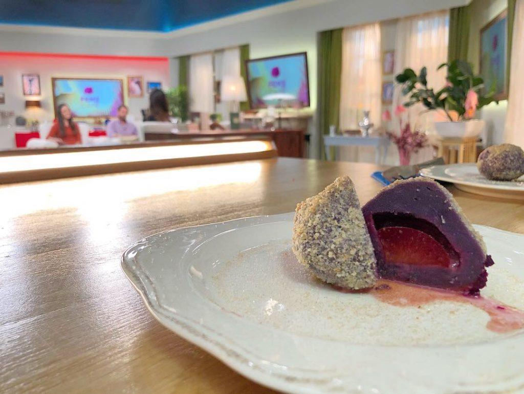 Frissen tálalt szilvás gombóc lila édesburgonyonyából